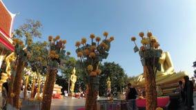 De Thaise Bomen van het Schenkingsgeld in Tempel van Grote Gouden Boedha, Pattaya thailand stock video