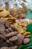De Thaise Cakes van de Snoepjes Knapperige Rijst met Cane Sugar Drizzle-dessert van Thais straatvoedsel stock afbeeldingen