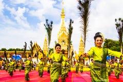 De Thaise dansers groeperen zich voor de pagode van Phatat Pranom Stock Afbeeldingen