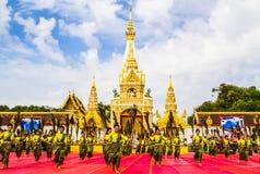 De Thaise dansers groeperen zich voor de pagode van Phatat Pranom Royalty-vrije Stock Fotografie