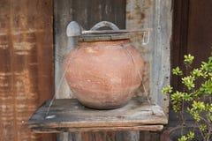 De Thaise die pot van het kleiwater met dipper van kokosnotenshell wordt gemaakt Stock Foto's