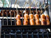De Thaise die worst Sai Krok Isan, wordt gemaakt van hakt varkensvlees, rijst fijn Meng allen samen, gevuld in varkensvleeschitte Stock Foto