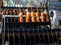 De Thaise die worst Sai Krok Isan, wordt gemaakt van hakt varkensvlees, rijst fijn Meng allen samen, gevuld in varkensvleeschitte Stock Foto's
