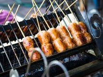 De Thaise die worst Sai Krok Isan, wordt gemaakt van hakt varkensvlees, rijst fijn Meng allen samen, gevuld in varkensvleeschitte Stock Fotografie