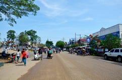 De Thaise en lao het gebruikskar van de mensendienst voor draagt goederen in Chong Me Royalty-vrije Stock Afbeeldingen