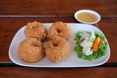 De Thaise gefrituurde garnalencakes dienen op de schotel Stock Foto's