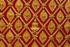 De Thaise Gouden Snijdende Muur van de Tempel Royalty-vrije Stock Afbeelding