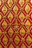 De Thaise Gouden Snijdende Muur van de Tempel Royalty-vrije Stock Afbeeldingen