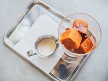 De Thaise ijsblokjes van de melkthee in glas royalty-vrije stock afbeeldingen
