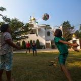 De Thaise kinderen spelen in bal dichtbij de Russische Orthodoxe Kerk Royalty-vrije Stock Foto