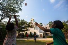 De Thaise kinderen spelen in bal dichtbij de Russische Orthodoxe Kerk Royalty-vrije Stock Afbeeldingen