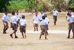 De Thaise kinderen spelen voetbal stock foto's