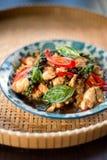 De Thaise kruidige kip van het voedselbasilicum Stock Afbeeldingen