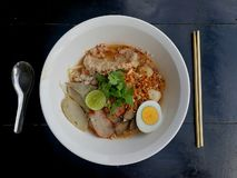 De Thaise kruidige noedel van Tomyum met varkensvlees Stock Foto
