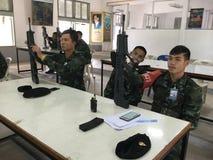 De Thaise Legermilitairen leidden op om kanonnen te gebruiken Stock Fotografie