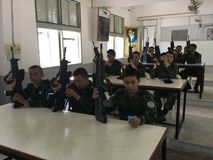 De Thaise Legermilitairen leidden op om kanonnen te gebruiken Royalty-vrije Stock Foto