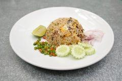 De Thaise makreel gebraden rijst dient op de schotel Stock Foto's