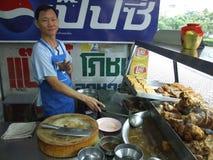 De Thaise mens bereidt en verkoopt Thais voedsel voor. Royalty-vrije Stock Afbeelding