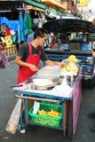 De Thaise mens verkoopt voedsel in Bangkok, Thailand. Royalty-vrije Stock Afbeeldingen