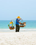 De Thaise mens verkoopt voedsel op het strand, Thailand. Royalty-vrije Stock Fotografie