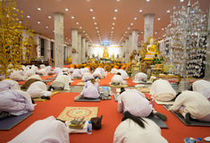 De Thaise mensen bidden bij het beeld van Boedha binnen van kerk in Wat Thampha Royalty-vrije Stock Foto