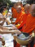 De Thaise mensen bieden voedsel aan monniken op Visakha Bucha, Thailand aan Royalty-vrije Stock Fotografie