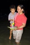 De Thaise mensen drijven op water kleine vlotten (Krathong Royalty-vrije Stock Foto