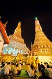 De Thaise mensen en de monnik sluiten zich aan bij moraal bidden aftelprocedure in de temperaturen van Wat Arun Royalty-vrije Stock Afbeeldingen