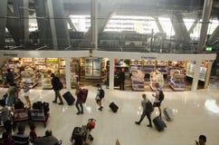 De Thaise mensen en de vreemdelingsreiziger wachten vlucht met passagiers Stock Fotografie