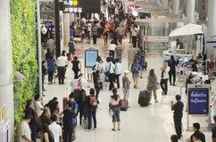 De Thaise mensen en de vreemdelingsreiziger wachten vlucht met passagiers Stock Foto's