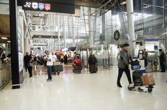 De Thaise mensen en de vreemdelingsreiziger wachten vlucht met passagiers Royalty-vrije Stock Foto's