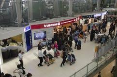 De Thaise mensen en de vreemdelingsreiziger wachten vlucht met passagiers Stock Foto