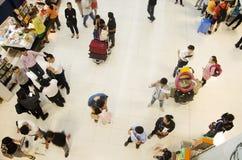 De Thaise mensen en de vreemdelingsreiziger wachten vlucht met passagiers Royalty-vrije Stock Foto
