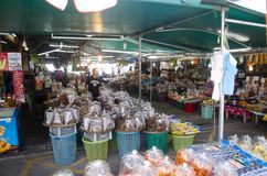 De Thaise mensen en de reizigers kopen zeevruchten en domeinenvoedsel van winkel stock foto's