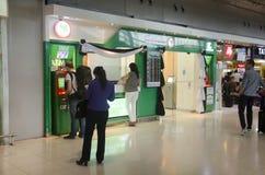 De Thaise mensen en reizigersvreemdeling maakt zich het terugtrekken van contant geld Stock Foto