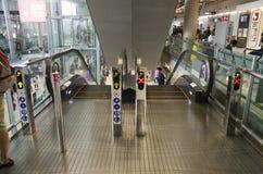 De Thaise mensen en vreemdelingsroltrappen van het reizigersgebruik boven en beneden F Royalty-vrije Stock Fotografie