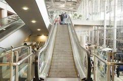 De Thaise mensen en vreemdelingsroltrappen van het reizigersgebruik boven en beneden F Royalty-vrije Stock Foto