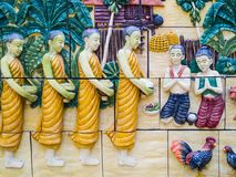 De Thaise mensen geloven verdienstemonniken geloof stock afbeelding