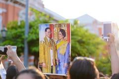 De Thaise mensen heffen Zijn Majesteitskoning Bhumibol Adulyadej op stock foto's
