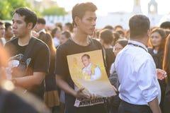 De Thaise mensen heffen Zijn Majesteitskoning Bhumibol Adulyadej op royalty-vrije stock afbeeldingen