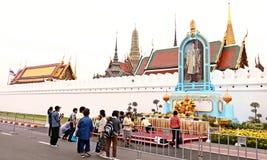 De Thaise mensen komen voor loonseerbied aan de begrafenis voor de Koning Royalty-vrije Stock Foto's