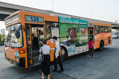 De Thaise mensen krijgen op een bus royalty-vrije stock afbeeldingen