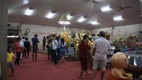 De Thaise mensen respecteren het bidden met Luang Phor Sothorn in Chachoengsao, Thailand stock video