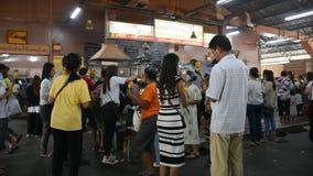 De Thaise mensen respecteren het bidden met Luang Phor Sothorn in Chachoengsao, Thailand stock footage