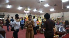 De Thaise mensen respecteren het bidden met Luang Phor Sothorn in Chachoengsao, Thailand stock videobeelden