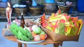 De Thaise mensen treffen voorbereidingen en zettend Offer aanbiedend voedsel op houten lijst voor bid aan god