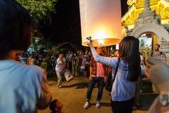 De Thaise mensen vieren binnen nieuwe jaar en versie drijvende lantaarns Royalty-vrije Stock Afbeeldingen