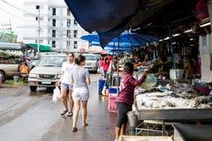 De Thaise mensen vinden en kopen overzeese grondstof in Pathumtani Stock Foto