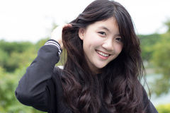 De Thaise mooie het meisjes Zwarte Kleding van de studententiener ontspant en glimlacht Stock Afbeeldingen