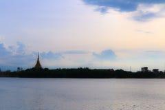 De Thaise naam & x22 van de silhouettempel; Wat Nong Wang & x22; wordt gevestigd in Khonkaen, de mooie hemel van Thailand terwijl Stock Fotografie